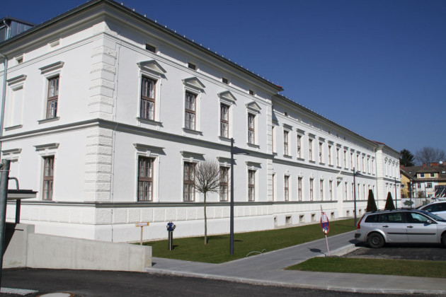 Purpurrote Fassadenrenovierung des Kollitsch-Gebäudes